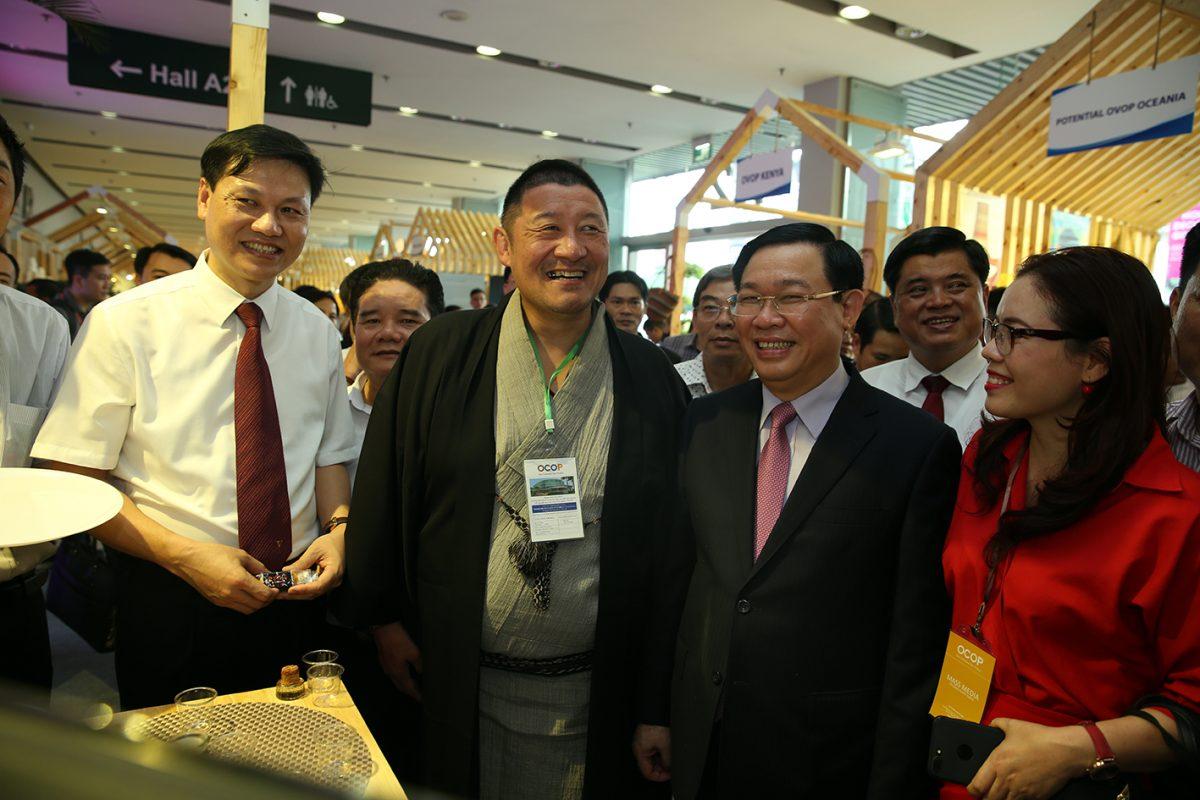 Phó thủ tướng Vương Đình Huệ thăm gian hàng OVOP Nhật Bản-nơi khai sinh phòng trào mỗi xã phường một sản phẩm