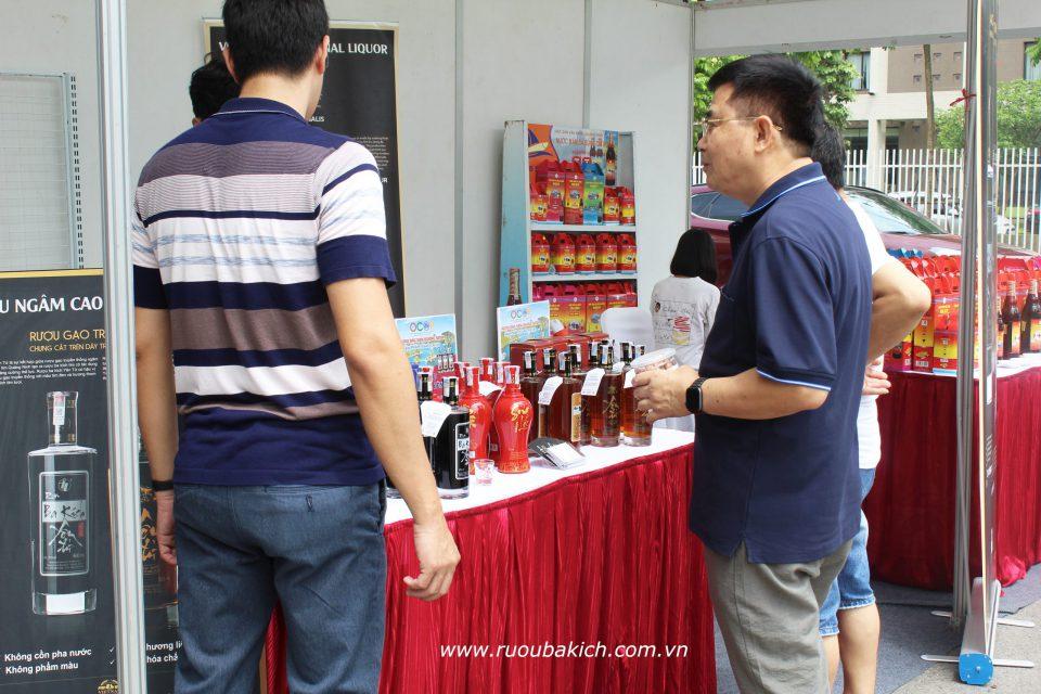 khách hàng quan tâm rượu Yên Tử