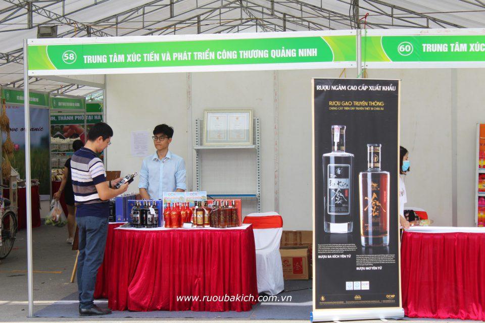 Rượu ba kích Yên Tử được trưng bày trong gian hàng của Sở Công Thương Quảng Ninh