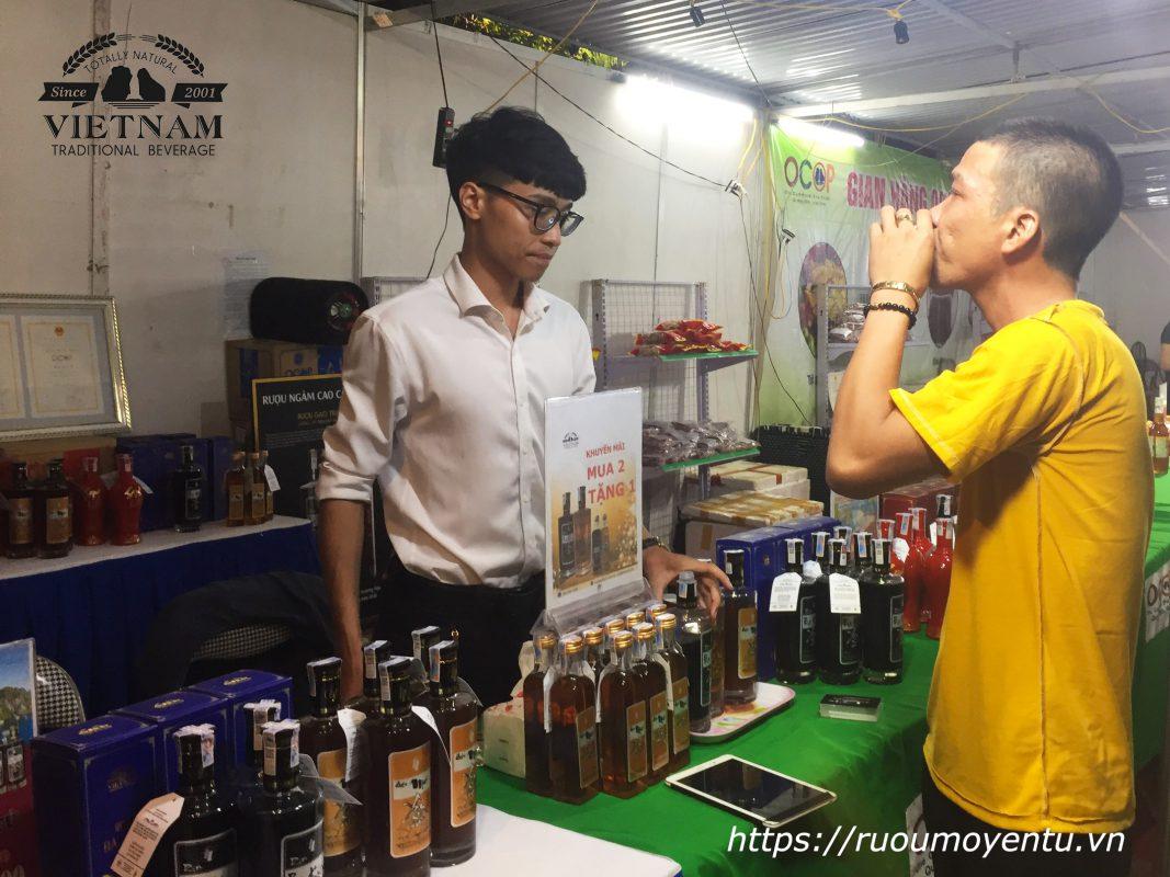 Khách hàng rất thích thú khi nếm thử rượu mơ Yên Tử